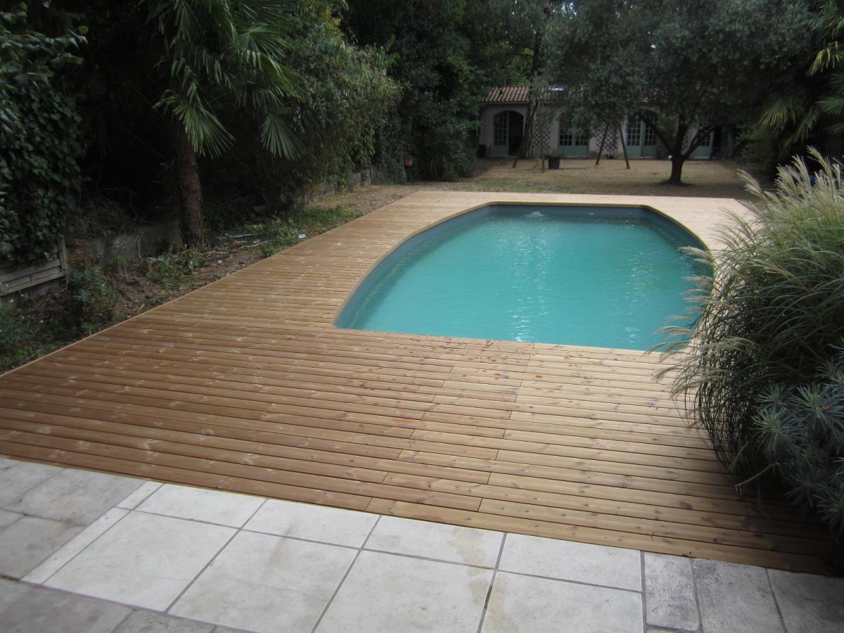 Un espace repas et un espace plage de piscine