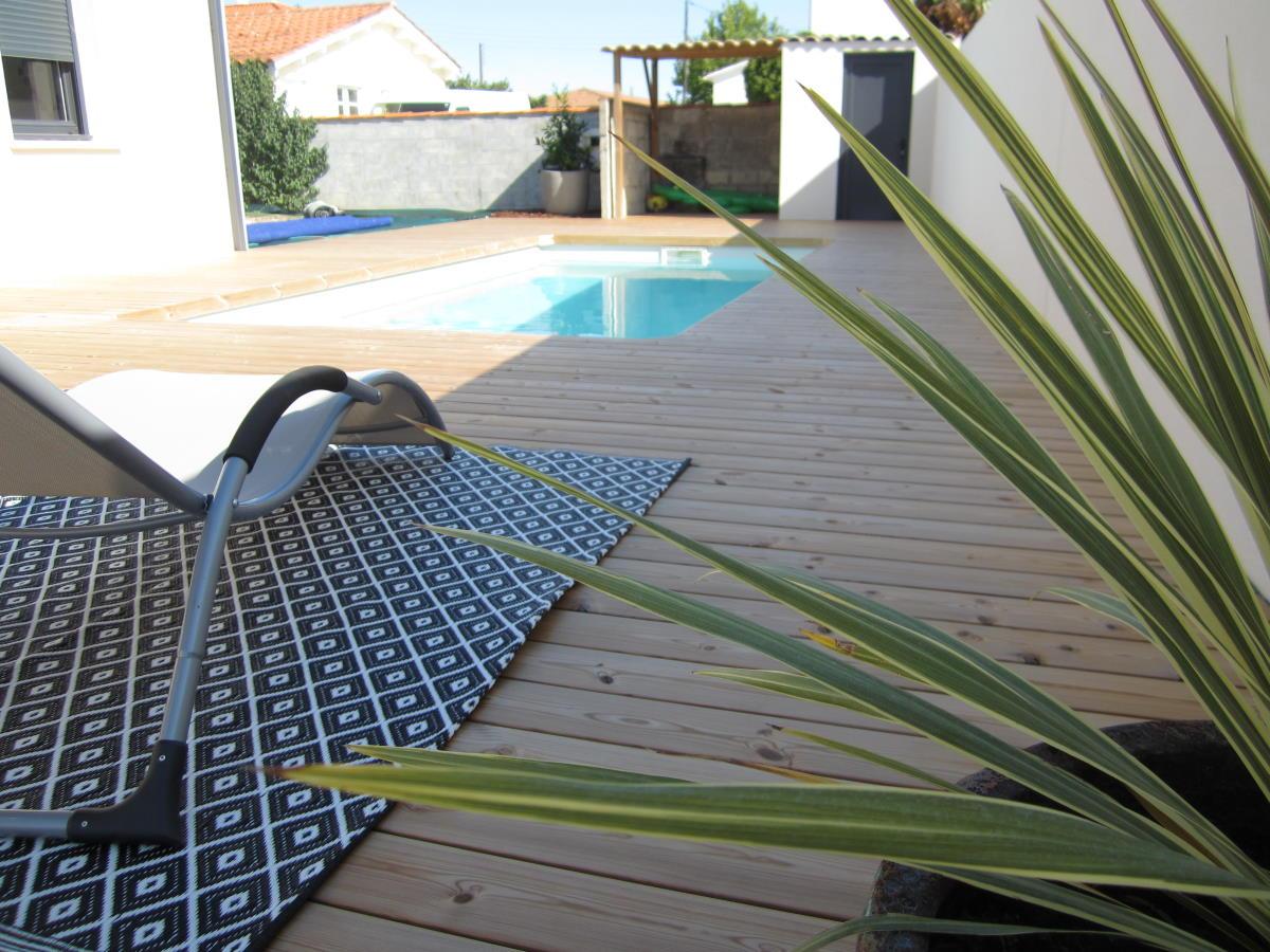 Création plage de piscine en bois