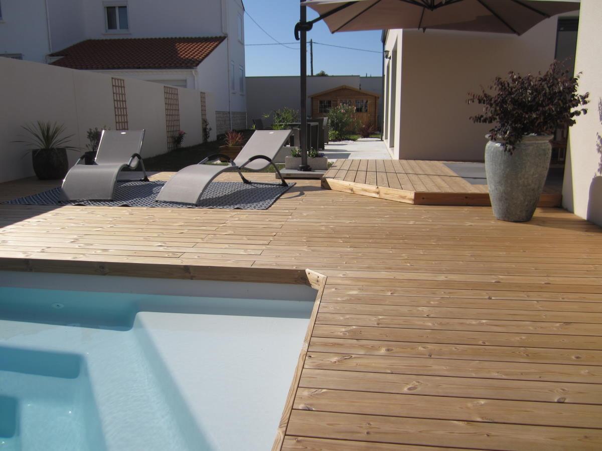 Pose plage de piscine en bois