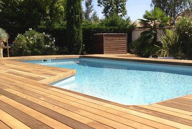 Pose d'entourage de piscine en bois