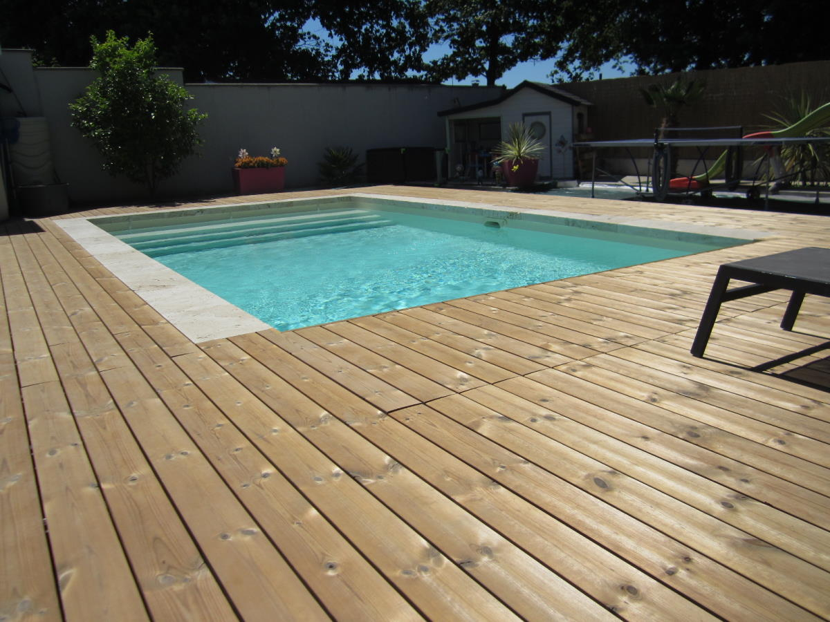 Création plage de piscine en bois avec rideau immergé à Saujon (17)