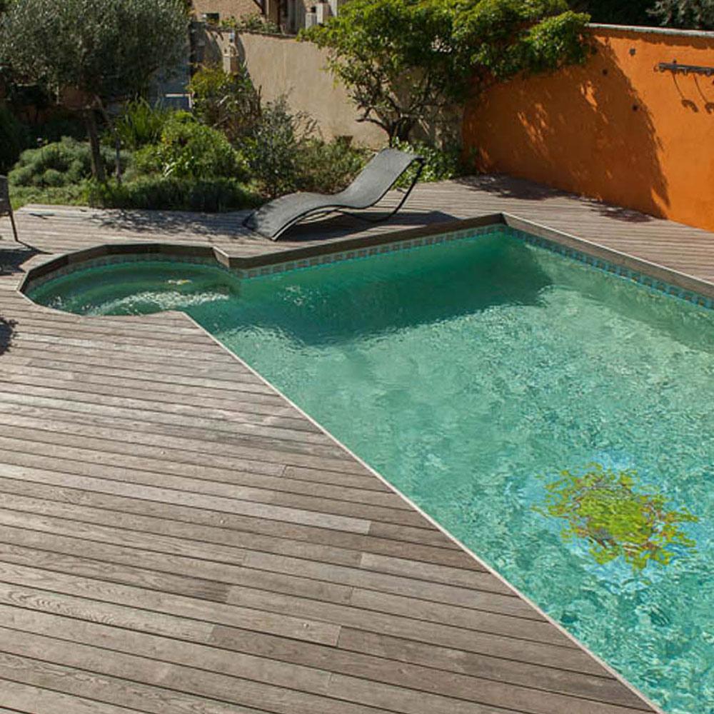 Pose de terrasse de piscine en bois près de La Rochelle